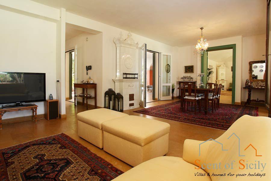 Villa Lilybeum TV and dinning room