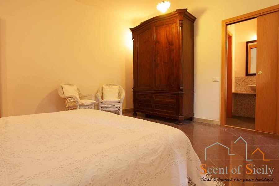 Villa Lilybeum en suite double/twin bedroom ground flooor