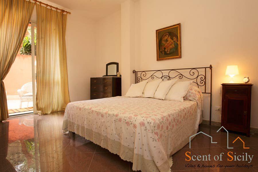 Villa Lilybeum en suite double bedroom ground flooor