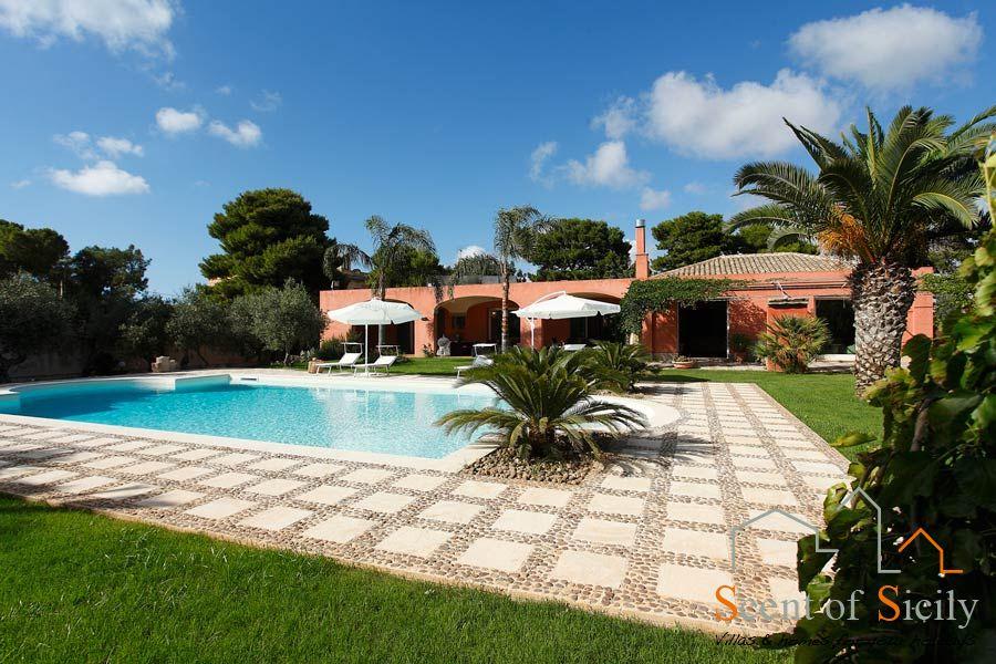 Villa Lilybeum swimming pool and villa
