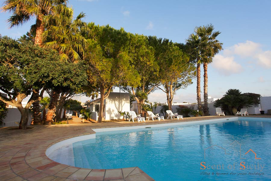 Villa Lory, the lush swimming pool