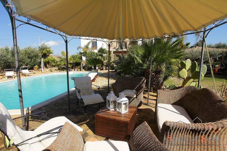 Villa Olympo gazebo in the swimming pool area