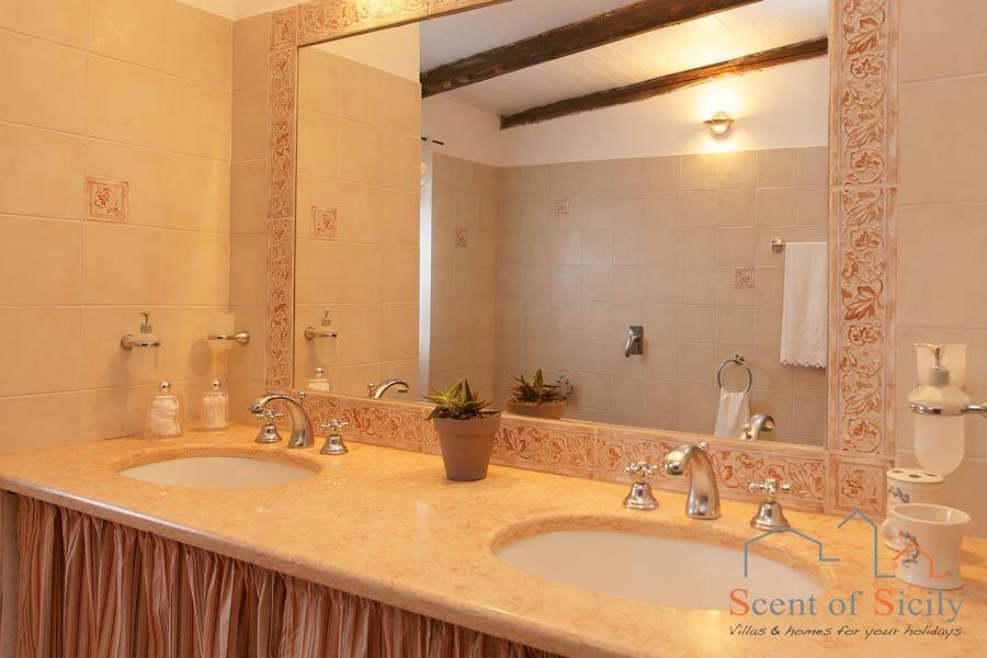 Villa Gio - bathroom with shower in dependance