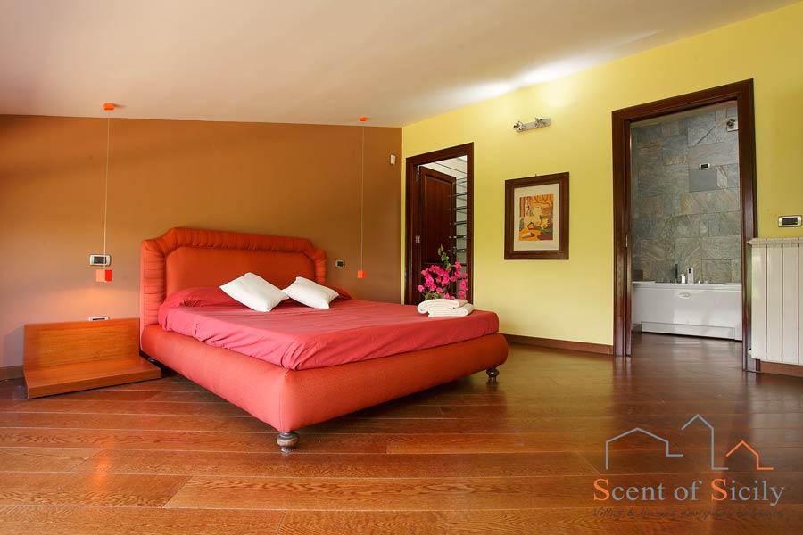 Elegant double bedroom with en suite bathroom with en suite