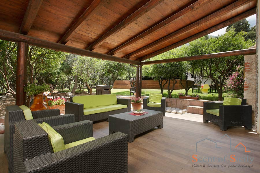 Have your relax al fresco on the patio