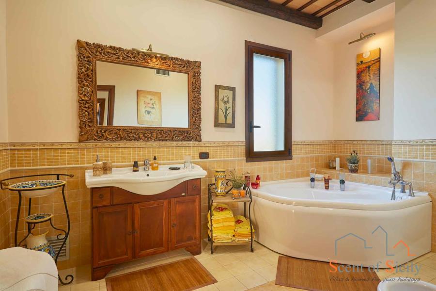 Selinunte-Villa-SelinunteGarden-Bathroom-ScentOfSicily