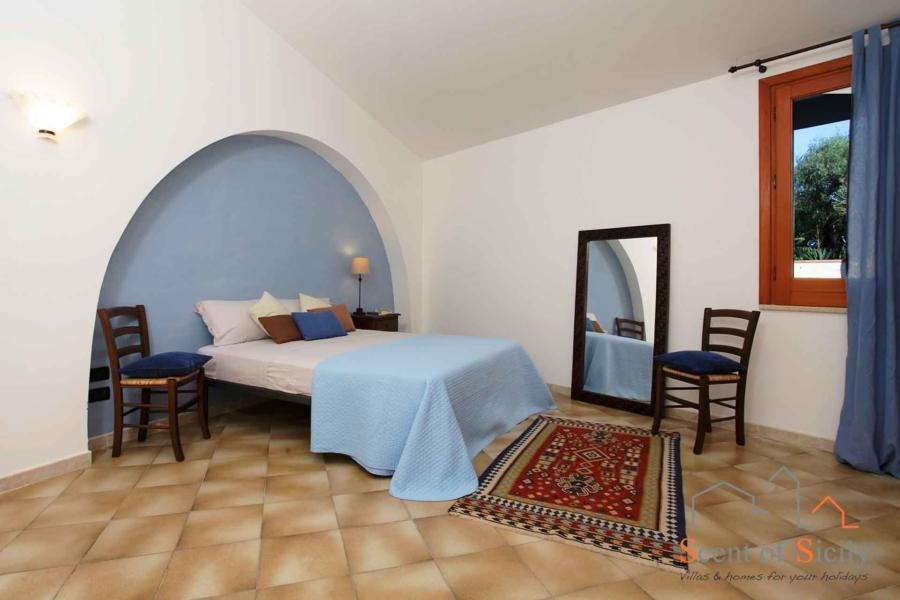 Villa Signorino blue double bedroom with camping cot ground floor