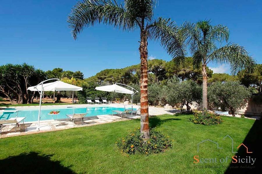 Elegant swimming pool and garden in villa Lilybeum Marsala Scent of Sicily
