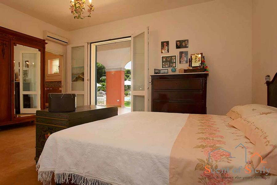 The en-suite double bedroom at first floor in villa Lilybeum Marsala Scent of Sicily