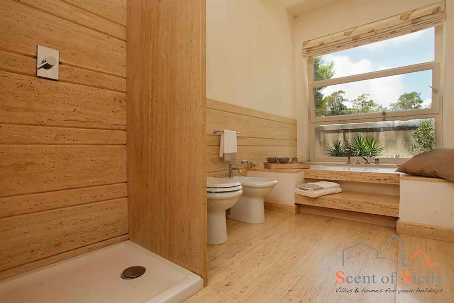 The en-suite bathroom of the master bedroom in villa Lilybeum Marsala Scent of Sicily