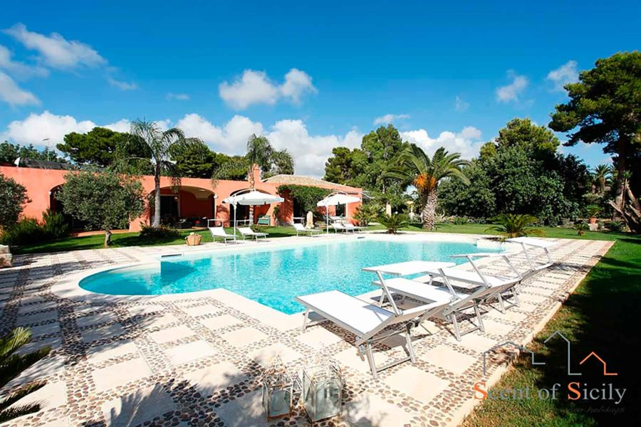 Relax in the salt swimming pool in the elegant villa Lilybeum Marsala Scent of Sicily