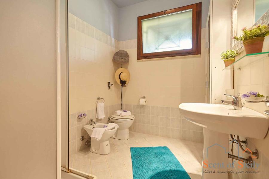 Marsala-Villa-Simo-bathroom-ScentOfSicily