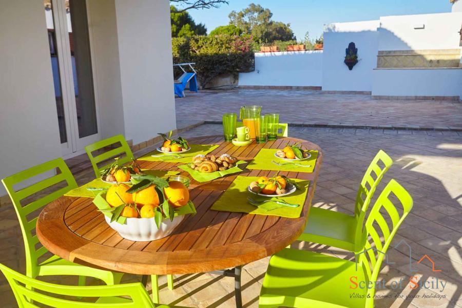 Dinning outside in Villa Dorotea Marsala Western Sicily