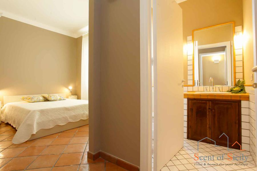 Double bedroom en-suite in Villa Dorotea Marsala Western Sicily