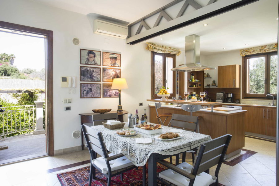 Well equipped kitchen with dining table in Villa Shanti Syracuse Scent of Sicily
