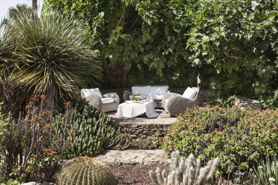 Relax area in the garden in Villa Shanti Syracuse Scent of Sicily
