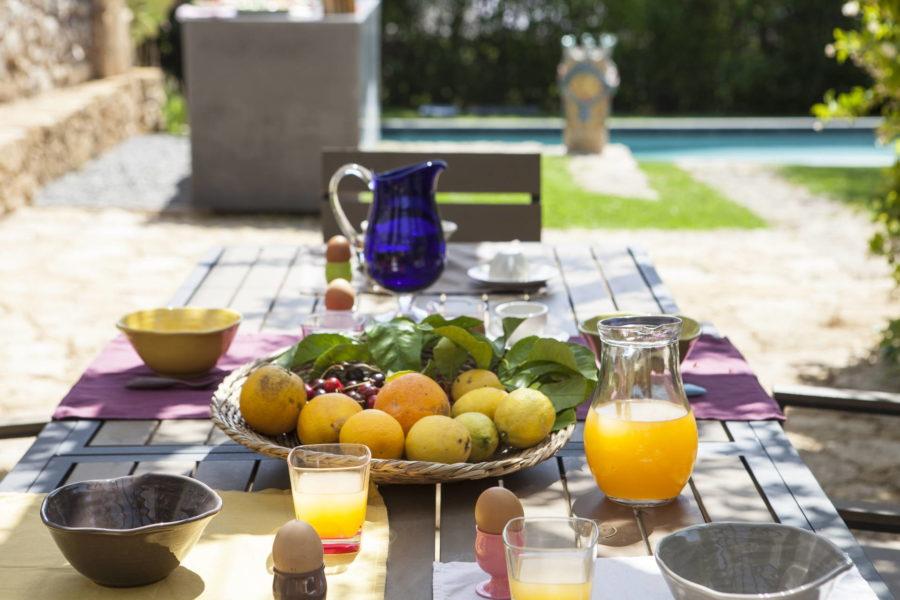 Breakfast in the garden of Villa Shanti Syracuse Scent of Sicily
