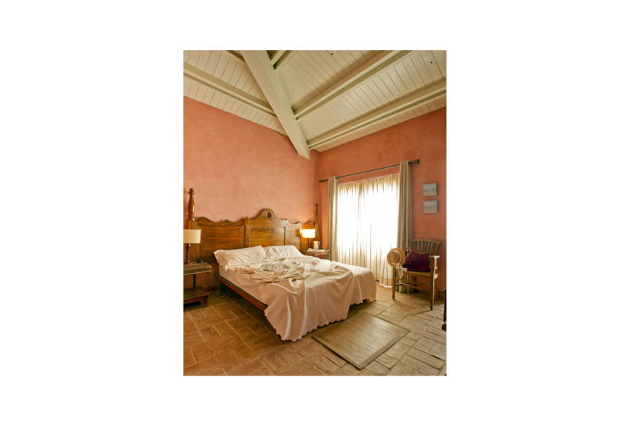 Spacious and rustic double bedroom en-suite with balcony in Villa Bouganville Castelvetrano Scent of Scily