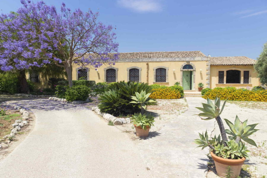 Luxury villa in Sicily with classic elegant furnishings near Syracuse Scent of Sicily