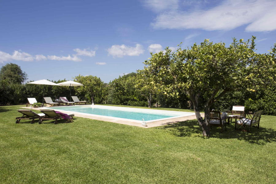 A lovely manicured garden i ths villa with pool Casale dell'ulivo Syracuse Sicily