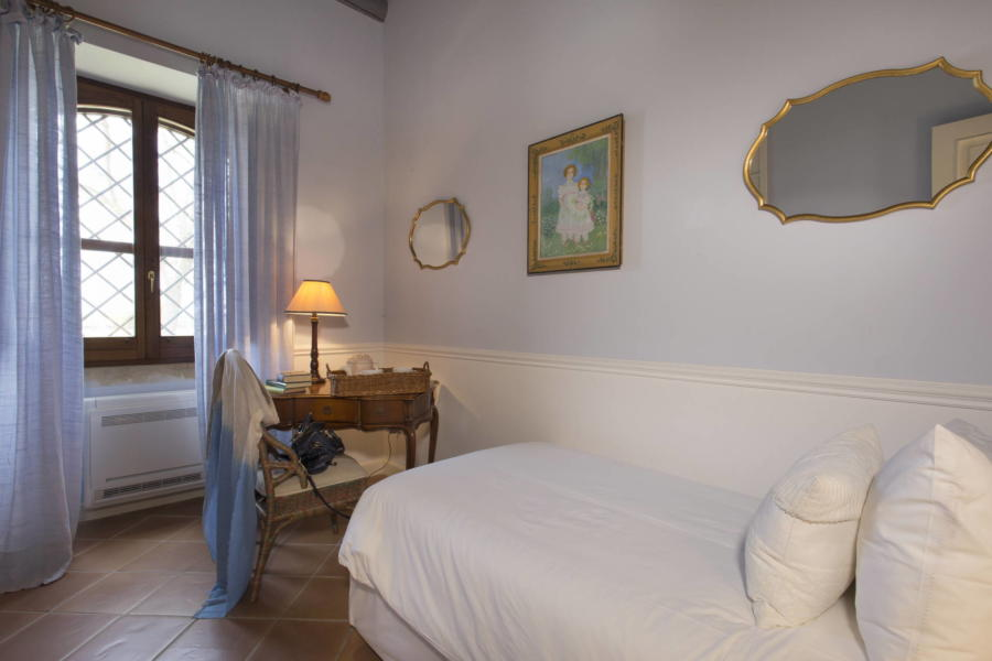 The white single bedroom in Casale dell'Ulivo Syracuse Scent of Sicily