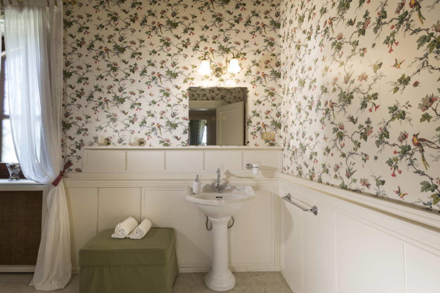 The flowered bathroom in Casale dell'Ulivo Syracuse Scent of Siciy