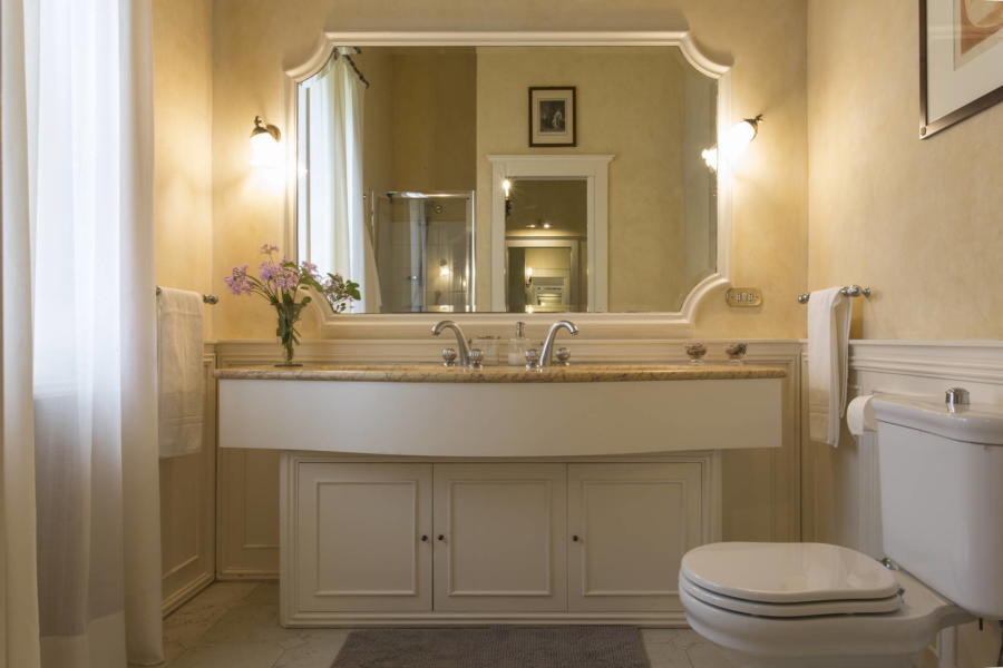 Classic bathroom in Casale dell'Ulivo Syracuse Scent of Sicily