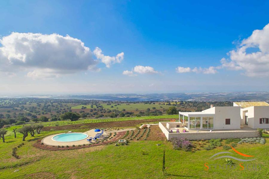 Luxury villa Bianca Levante with wonderful views over the landscape in Donnafugata Scent of Sicily