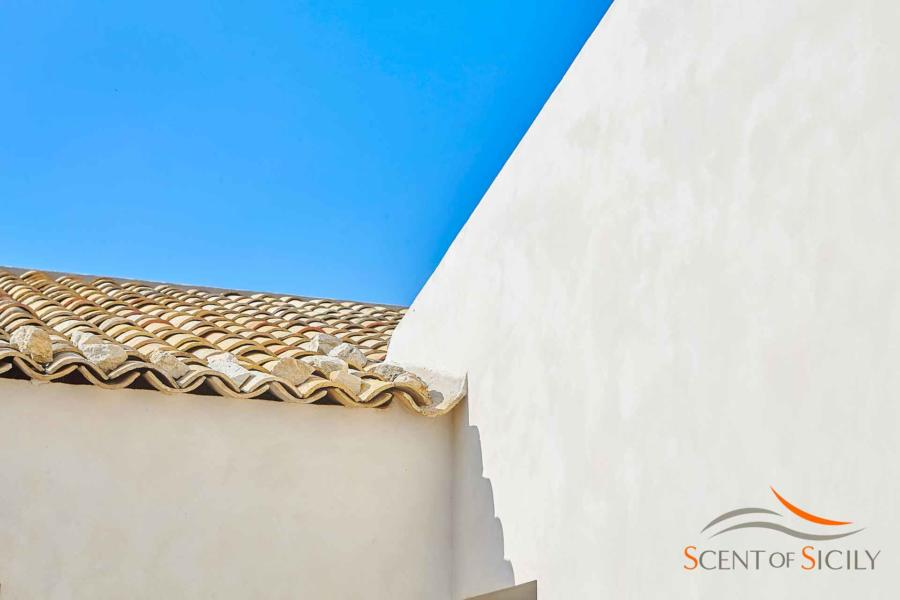 Detail highlighting the blue color of the sky in Villa Bianca Levante Donnafugata Scent of Sicily