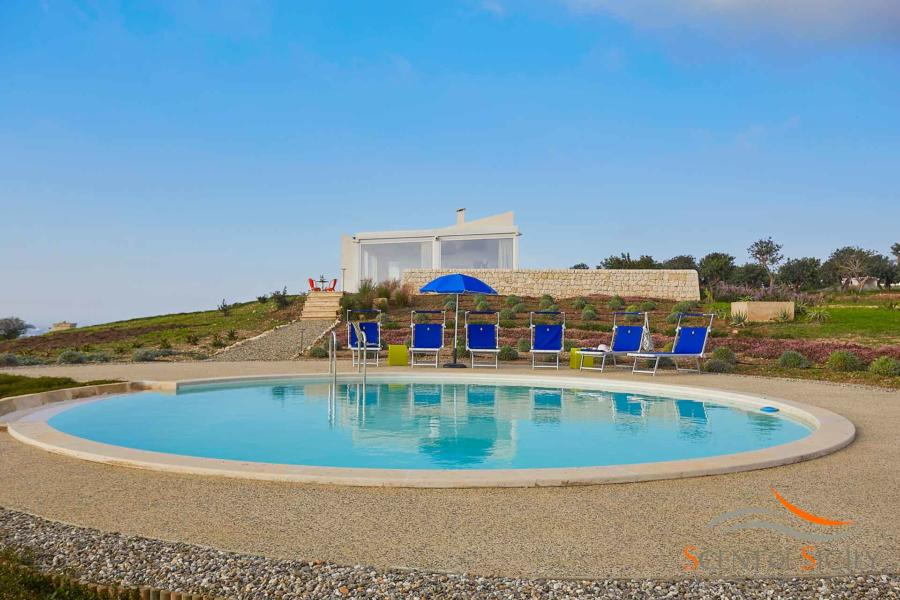 The circular infinity pool of Villa Bianca Levante Scent of Sicily
