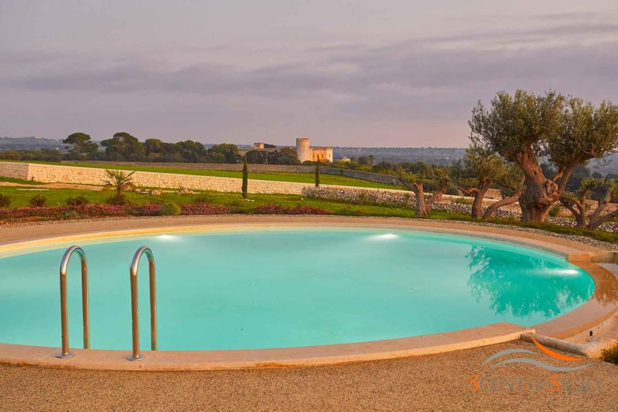 The view of the castle from the circular pool og Villa Bianca Levante Donnafugata Scent of Sicily