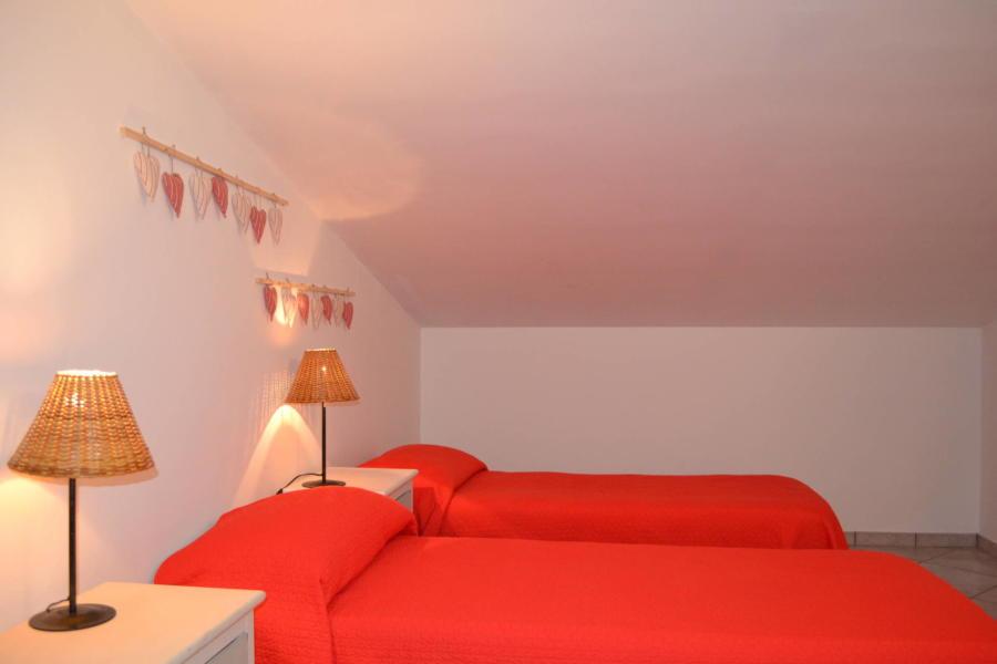 Marsala-Villa-Signorino-red-twinbedroom-ScentOfSicily
