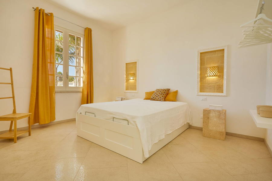 Yellow double bedroom en-suite in Villa del Tufo Scent of Sicily