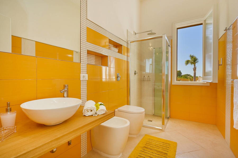 Yellow bethroom in Villa del Tufo Scent of Sicily