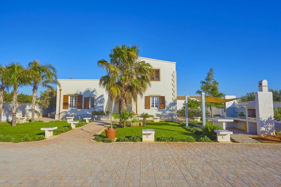 To the villa from the pool in Villa del Tufo Marsala Scent of Sicily