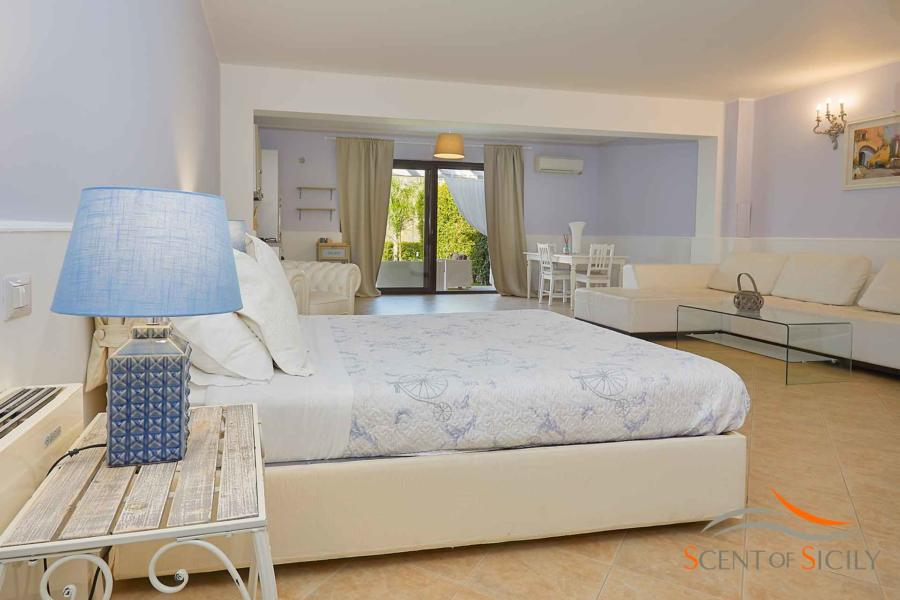 Spacious and charming double bedroom downstairs in Villa Taormina Bellevue Taomina Scent of Sicily