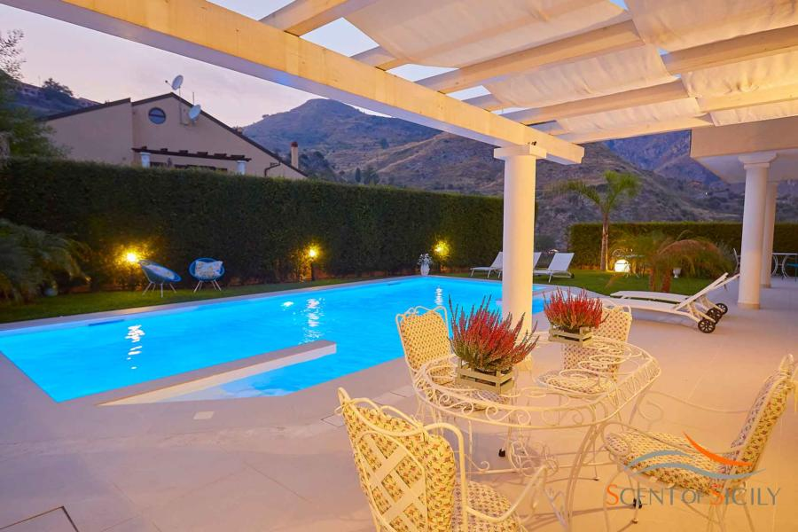 Enjoy the warm evenings in the luxury Villa Tarmina Bellevue Taormina Scent of Sicily