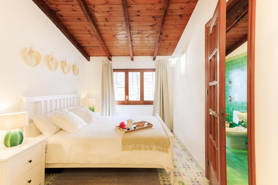 Double bedroom en-suite in Villa Amphora Carini Scent of Sicily