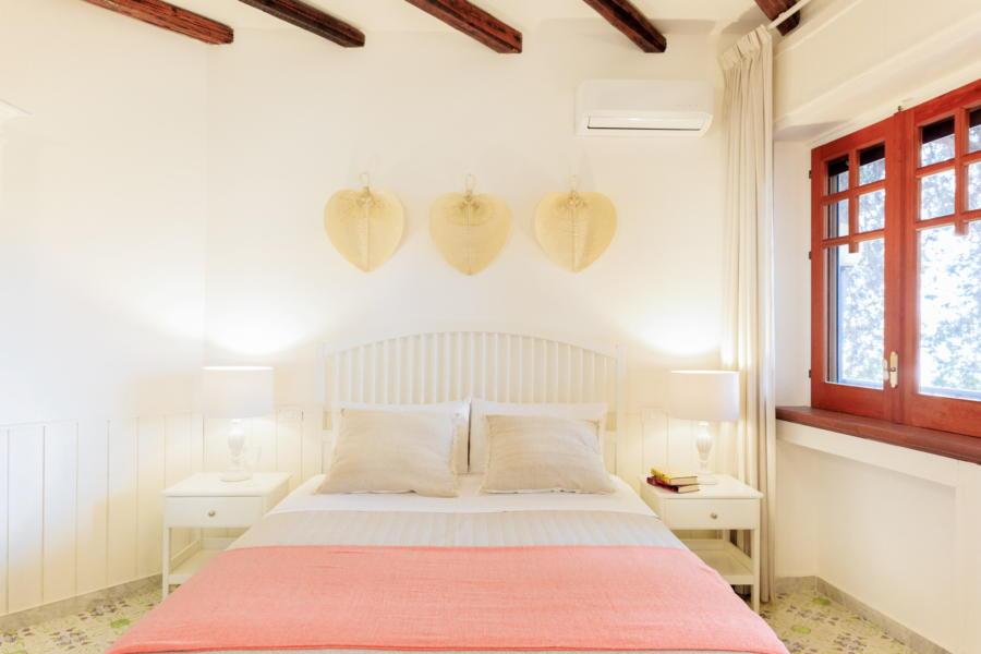 Pink double bedroom in Villa Amphora Carini Scent of Sicily