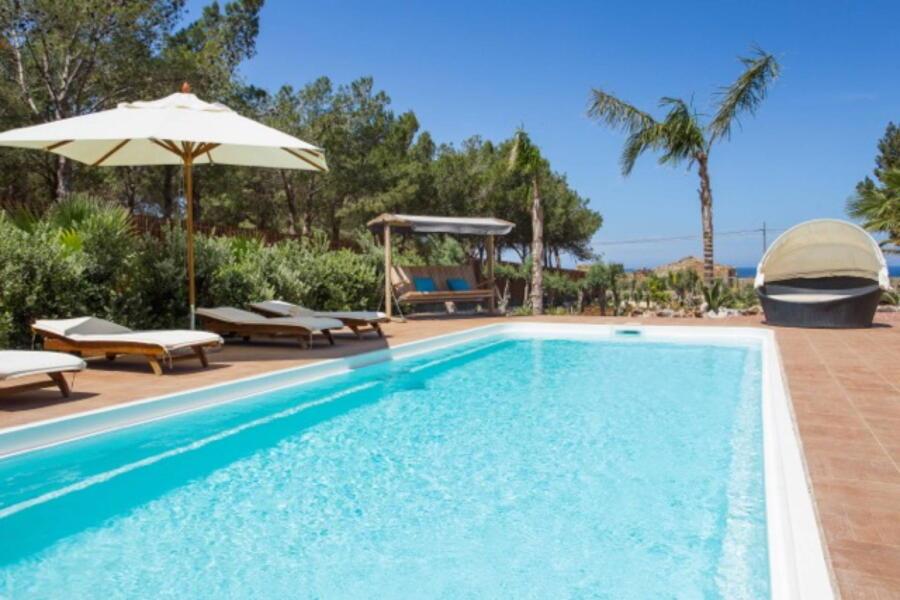 SanVitoLoCapo-VillaSeaBreeze-relax-in-pool-ScentOfSicily