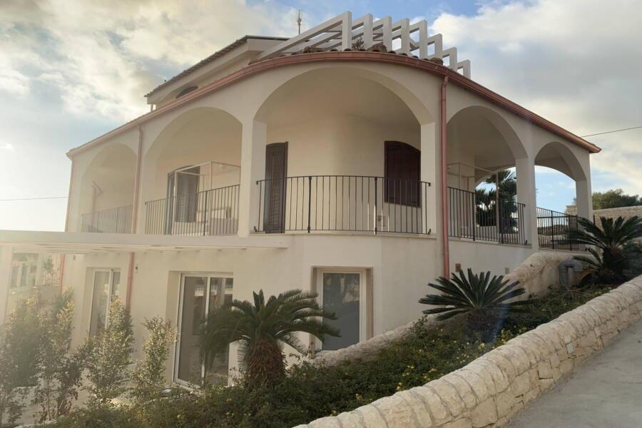 Villa-PietraBianca-Marina-di-Ragusa-Scent-of-Sicily-balcony