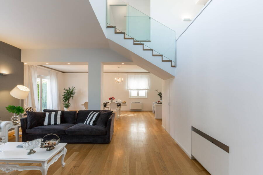 The staircase becomes a decorative object of the living room architecture.