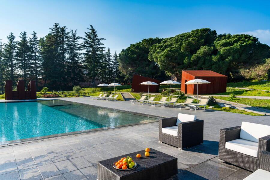 Relax in the pool solarium