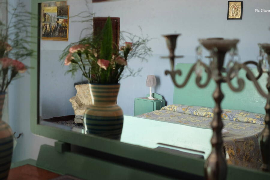 In the master bedroom, the refined ceramics of the period have been maintained.