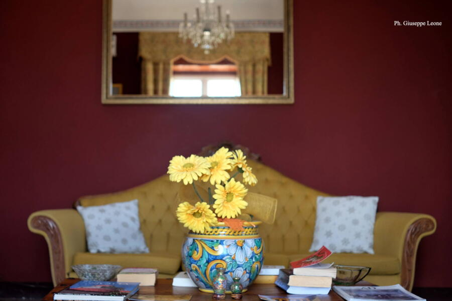 The living room that overlooks the terrace and the charming countryside of the Baroque Sicily
