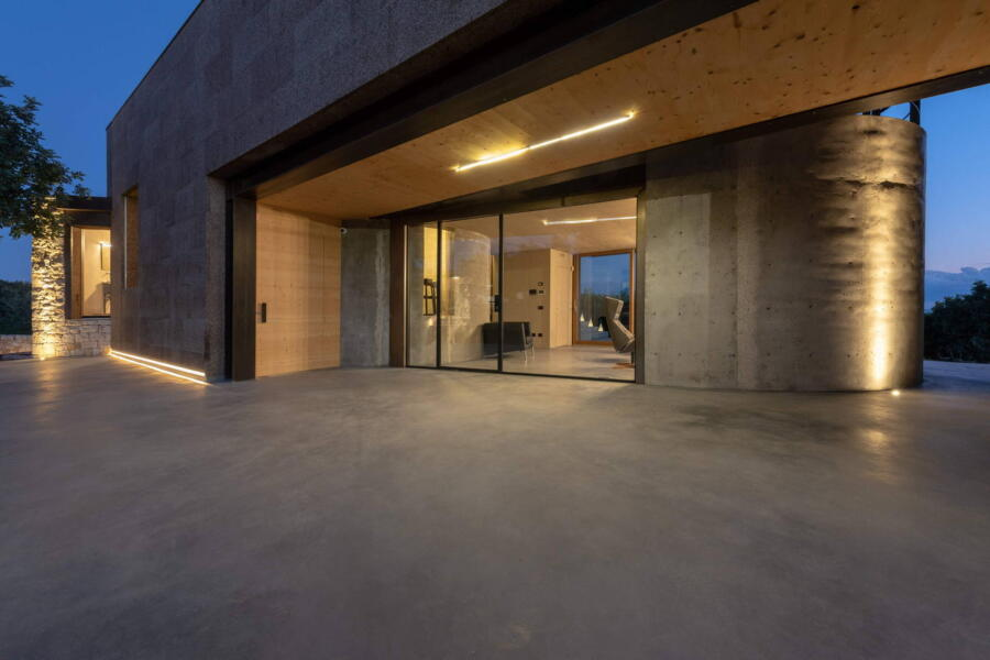 Glass walls allow you to admire the interior and the architectural design of the living room.