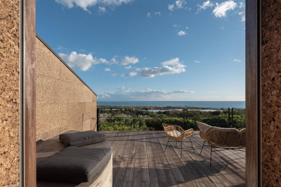 The refined and natural materials used for the construction of the villa harmoniously accompany the guests for a moment of relaxation on the terrace