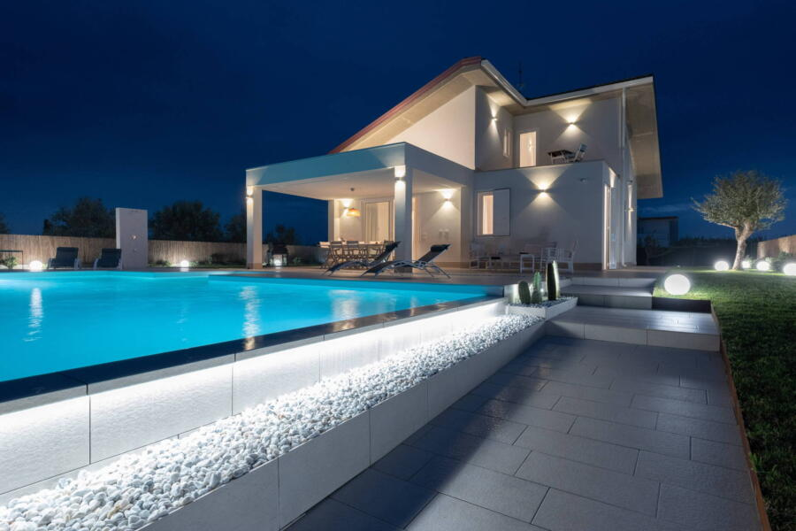 The infinity pool of Villa Ibiscus in the evening