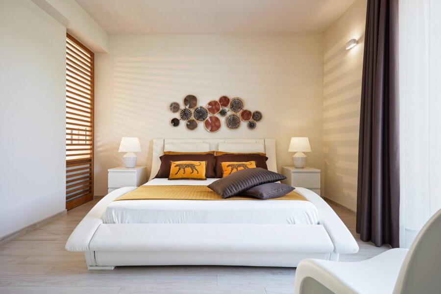 The yellow double bedroom in Villa Levante