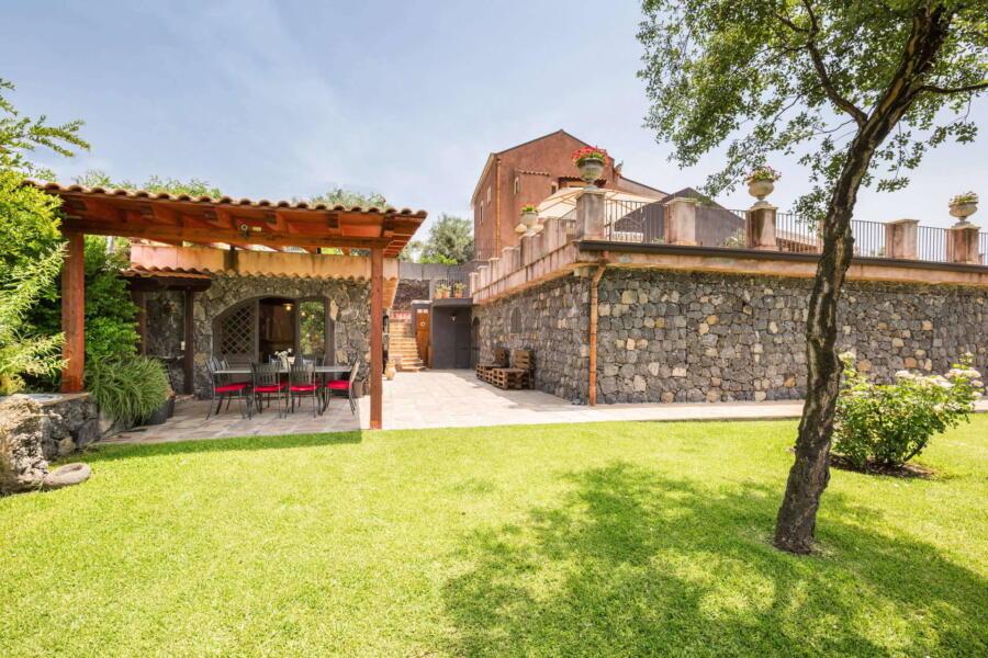 Through the garden to the veranda and the villa